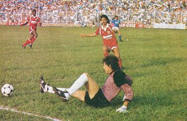 Julio César Falcioni practica durante el partido movimientos de lancha de pedales.